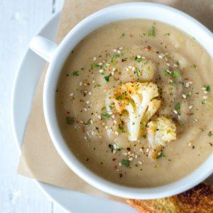 Sopa cremosa de coliflor asada